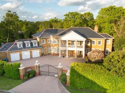 Maison unifamiliale for sales at Marlborough House 6 Kings Warren Oxshott, England KT220PE United Kingdom