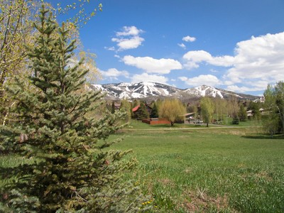 Land for sales at Exceptional lot in the Fish Creek Area 110 Highland Circle Steamboat Springs, Colorado 80487 Vereinigte Staaten