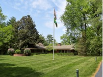 Casa para uma família for sales at Centrally Located on a private park-like,1.81 acre lot in the heart of Ladue 9255 Clayton Road   Ladue, Missouri 63124 Estados Unidos