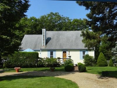 獨棟家庭住宅 for sales at A Home for all Seasons 13 Martha's Road Edgartown, 麻塞諸塞州 02539 美國