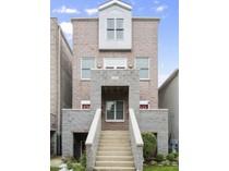 Кооперативная квартира for sales at Bright Southport Corridor Duplex 1423 W Melrose Street Unit 3   Chicago, Иллинойс 60657 Соединенные Штаты