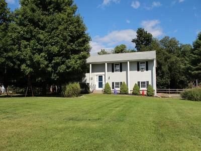 단독 가정 주택 for sales at Beautifully Maintained Home 14 Greta Drive Danbury, 코네티컷 06810 미국