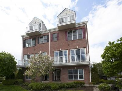Residência urbana for sales at Beautiful Waterfront Townhome 405 Newburgh Court Jacobs Ferry West New York, Nova Jersey 07093 Estados Unidos