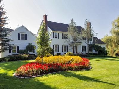 Casa para uma família for sales at Spectacular Colonial 15 Cemetery Road Newtown, Connecticut 06470 Estados Unidos