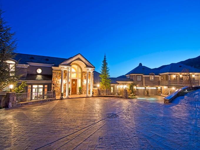 Maison unifamiliale for sales at Elegant Estate With Majestic Views 5678 E Twin Creek Rd Salt Lake City, Utah 84108 États-Unis