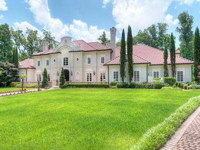 Villa for sales at Beautiful Home On 2+ Acres 1100 Garmon Drive NW Atlanta, Georgia 30327 Stati Uniti