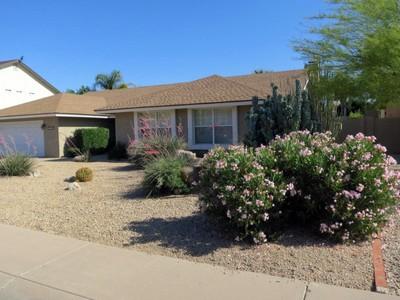 Nhà ở một gia đình for sales at Four Bedroom Plus Den Single Level Home In A Terrific Scottsdale Neighborhood 5108 E Kathleen Rd Scottsdale, Arizona 85254 Hoa Kỳ