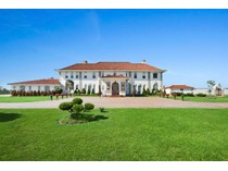 Villa for sales at Spectacular Bayfront Estate in Westhampton Beach 285 Oneck Lane   Westhampton Beach, New York 11978 Stati Uniti