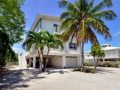 Частный односемейный дом for sales at Lakefront Home 34 Mutiny Place Key Largo, Флорида 33037 Соединенные Штаты