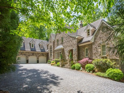 Casa para uma família for sales at Elegant Home Nestled Among The Trees 5151 Long Island Drive NW Atlanta, Geórgia 30327 Estados Unidos