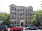 Condominio for sales at Cozy Garden Level 60 Queensbury Street Unit 8 Boston, Massachusetts 02215 Estados Unidos