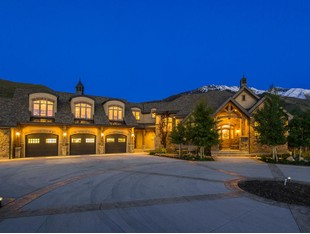 Villa for sales at Incredible Home on 6.27 Acres 630 North 1600 East Mapleton, Utah 84664 Stati Uniti