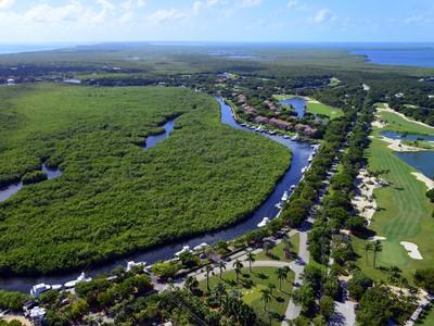 Разнобразная частная недвижимость for sales at Ocean Reef Dockage Up to 48 Ft. 17 Gatehouse Road Dock AS-17 Key Largo, Florida 33037 United States