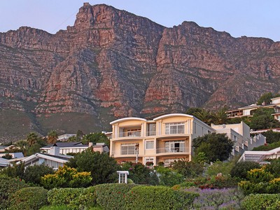 Residência urbana for sales at Landmark Home with Magical Mountain Backdrop and Superb Ocean Views  Cape Town, Western Cape 8001 África Do Sul