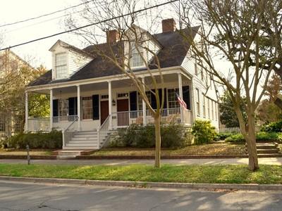 단독 가정 주택 for sales at The Winchester House 816 Main Street Natchez, 미시시피 39120 미국