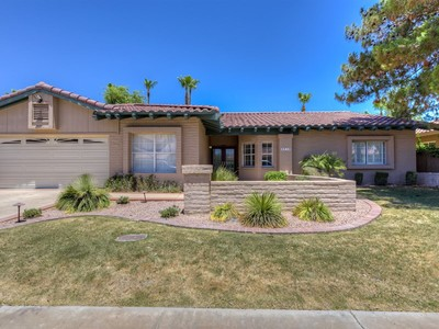 Maison unifamiliale for sales at Immaculate Home, Nicely Upgraded And Remodeled Over The Years 5714 E Claire Drive Scottsdale, Arizona 85254 États-Unis