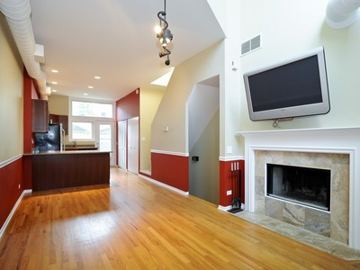 타운하우스 for sales at Two Bedroom Lakeview Townhome 1140 W Newport Avenue Unit C Chicago, 일리노이즈 60657 미국