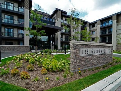 Condomínio for sales at Stylish 2 Bedroom Condo 128 Garden Drive, #220 Oakville, Ontario L6K2W4 Canadá