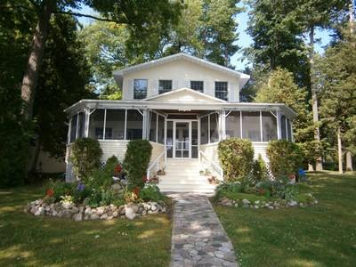 Maison unifamiliale for sales at Mullett Lake Village Cottage 7408 Mullett Lake Road Mullett Lake, Michigan 49761 États-Unis