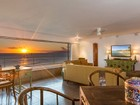 Condomínio for  sales at Captivating Ocean Front Residence 2895 Kalakaua Ave #603-604 Honolulu, Havaí 96815 Estados Unidos