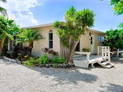 Maison unifamiliale for sales at Ground Level Home 214 Hibiscus Street   Tavernier, Florida 33070 États-Unis