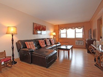 Cooperativa for sales at Large & Renovated 2 BR Converted to a 3 BR + Terrace 3030 Johnson Avenue 4K Riverdale, New York 10463 Stati Uniti
