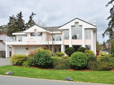 Maison unifamiliale for sales at Gorgeous Family Home 2635 Crystalview Drive Victoria, Colombie-Britannique V9B5W5 Canada