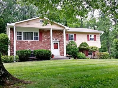 단독 가정 주택 for sales at Traditional Home in Quiet Setting 6 Roman Court  West Nyack, 뉴욕 10994 미국
