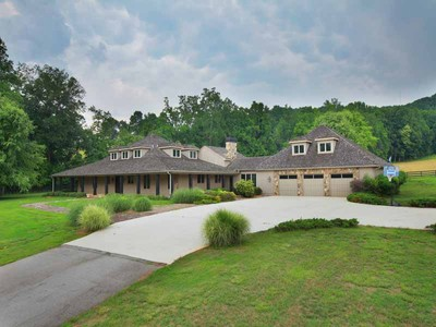 Maison unifamiliale for sales at Perfect, Private Estate 8491 Skitts Mountain Road Clermont, Georgia 30527 États-Unis