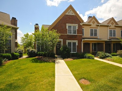 Condominio for sales at Sought After Stonegate 6691 Beekman Place Unit D Zionsville, Indiana 46077 Stati Uniti