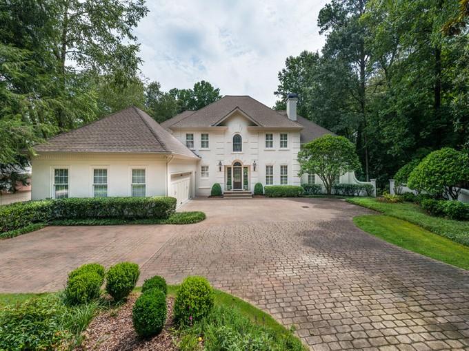 Maison unifamiliale for sales at Charming Traditional Home, Buckhead 4161 Harris Trail Atlanta, Georgia 30327 États-Unis