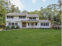 Einfamilienhaus for sales at Sun-filled Colonial 9 Twixt Hills Road   Ridgefield, Connecticut 06877 Vereinigte Staaten