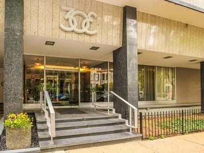 Copropriété for sales at Gorgeous Gold Coast  One bedroom corner unit 30 E. Elm  Chicago, Illinois 60611 États-Unis