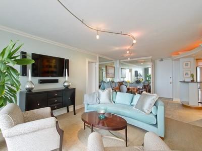 Nhà chung cư for sales at Charming Gold Coast Condo 1450 N Astor Street Unit 12B Chicago, Illinois 60610 Hoa Kỳ
