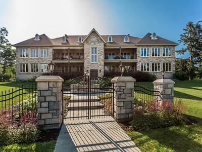 Apartamento for sales at Mont-Saint-Hilaire 136 Rue Messier, apt. 101 Mont-Saint-Hilaire, Quebec J3H2W7 Canadá