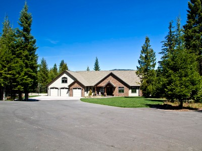 Maison unifamiliale for sales at Panoramic Views From Custom Home 3951 Old Priest River Road Priest River, Idaho 83856 États-Unis