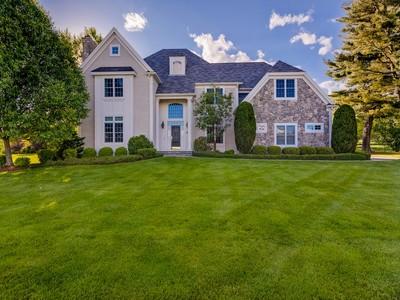 独户住宅 for sales at Elegant Colonial 2 Nipmuc Lane Southborough, 马萨诸塞州 01772 美国