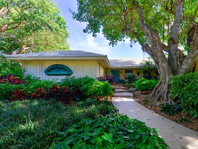 Einfamilienhaus for sales at Wonderful Family Home at Ocean Reef 32 Bay Ridge Road Key Largo, Florida 33037 United States