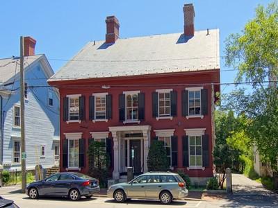 Condominio for sales at Wonderful Condominium in a Fantastic Location 414 State Street, Unit 4 Portsmouth, New Hampshire 03801 Stati Uniti