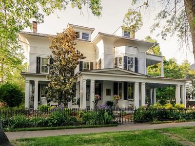 Villa for sales at Stately Historic Home 116 W Church St Edenton, Carolina Del Nord 27932 Stati Uniti