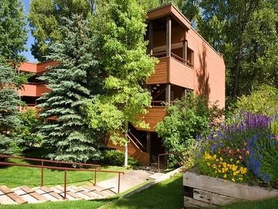 Condomínio for sales at Peaceful One Bedroom Condo 1216 Vine Street Aspen, Colorado 81611 Estados Unidos