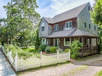 Moradia for sales at Main Street, Vineyard Haven 434 Main Street Vineyard Haven, Massachusetts 02568 Estados Unidos