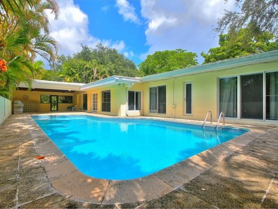 Maison unifamiliale for sales at South Gables Pool Home 940 Andora Ave Coral Gables, Florida 33146 États-Unis