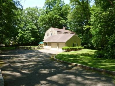 Casa Unifamiliar for sales at Picturesque Cranberry Colonial 2 Dewal Court Norwalk, Connecticut 06851 Estados Unidos