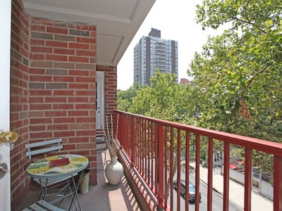Cooperativa for sales at Renovated Corner 2 BR + Balcony 315 West 232 Street 4H Bronx, New York 10463 Stati Uniti