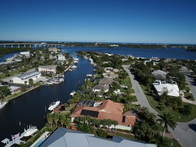 独户住宅 for sales at Stunning Home on Deep Water Canal 210 Sea Gull Ave Vero Beach, 佛罗里达州 32960 美国