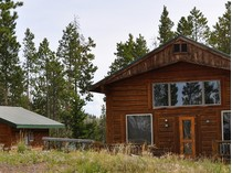 Maison unifamiliale for sales at Snowmobiler's Heaven and Rental Property 39 Crooked Creek Road   Dubois, Wyoming 82513 États-Unis