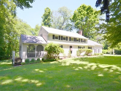 Maison unifamiliale for sales at Classic Colonial on Quiet Cul de sac 18 Tannery Hill Road Ridgefield, Connecticut 06877 United States