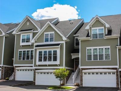 타운하우스 for sales at Well Appointed Living Space 70 Lawrence Avenue Danbury, 코네티컷 06810 미국