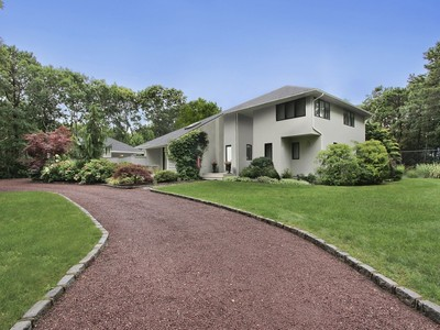 단독 가정 주택 for sales at A Home for Relaxing and Entertaining 17 Quarter Court Westhampton, 뉴욕 11977 미국